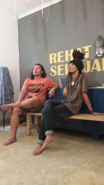Wustuk & Pohon Tua, dalam sesi syuting #DuaSenjaPohonTua di bilangan Wijaya, Maret 2015