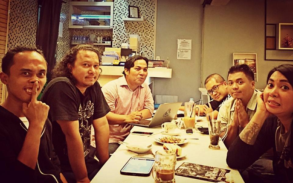 Sebagian anggota tim pameran (foto oleh Uga)